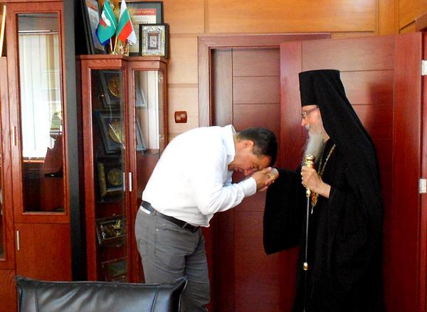Кметът на Несебър Николай Димитров целува ръка на митрополит Йоаникий